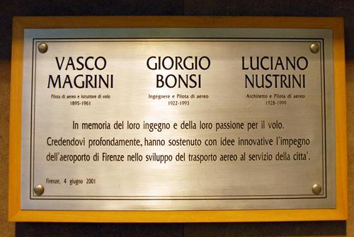 La targa in ricordo di Vasco Magrini, Giorgio Bonsi e Luciano Nustrini posta all'interno dell'aerostazione
