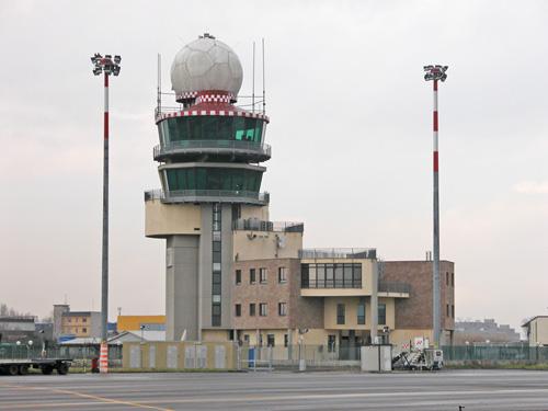 La palazzina dell'ENAV con la torre di controllo