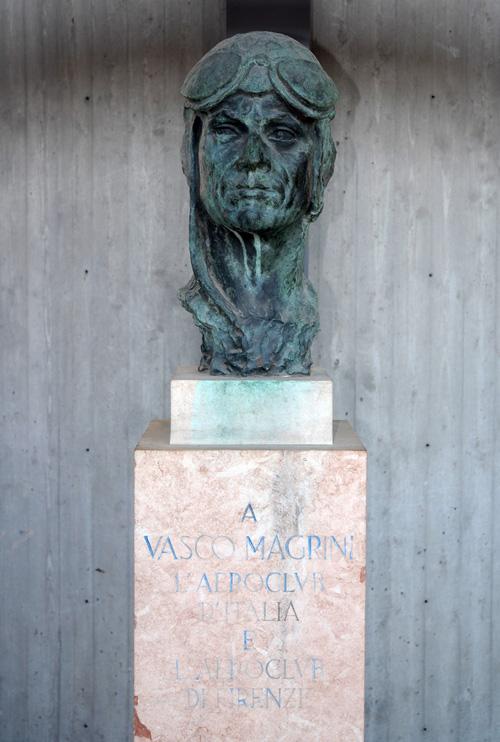 Il busto dedicato a Vasco Magrini da Aero Club d'Italia e Aero Club di Firenze