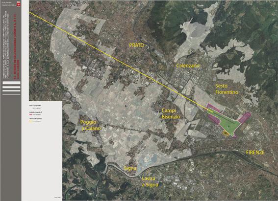 L'area aeroportuale di circa 200 ettari (97 per la nuova pista) compresa tra Firenze e Sesto Fiorentino (evidenziata in verde) in relazione all'area della piana vincolata a parco (evidenziata in bianco) per circa 7.000 ettari distribuiti in otto comuni e due province. La traiettoria di discesa verso la nuova pista (linea gialla) interessa marginalmente alcune porzioni del parco, raggiungendo quote che possono creare disturbo nella zona degli svincoli autostradali.
