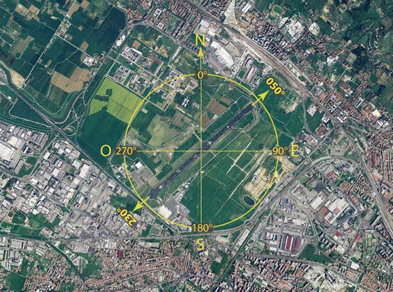 """L'attuale pista 05/23 di Firenze. I due numeri che la identificano la pista, moltiplicati per dieci, indicano la declinazione magnetica rispetto al nord dell'asse pista (approssimata a meno di 10°), quindi una pista con asse 50°-230°. L'aereo che atterra o decolla per """"pista 05"""" (verso monte Morello) vola in direzione 50°, quando atterra o decolla per """"pista 23"""" (verso l'autostrada A11) vola in direzione 230°."""