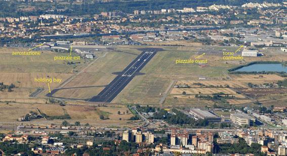 Veduta generale dell'aeroporto di Firenze da monte Morello con evidenziate le principali infrastrutture dello scalo a destra e a sinistra della pista di volo.