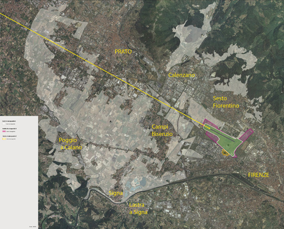 L'area aeroportuale di circa 200 ettari (97 per la nuova pista) compresa tra Firenze e Sesto Fiorentino (campita in verde) in relazione all'area della piana vincolata a parco per circa 7.000 ettari distribuiti in otto comuni e due province (evidenziata in bianco). La traiettoria di discesa verso la nuova pista (linea gialla) interessa alcune piccole porzioni del parco, raggiungendo quote che possono creare disturbo nella zona più prossima allo scalo libera da insediamenti.