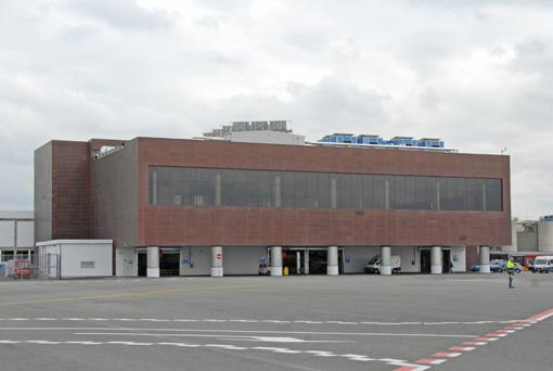 Il primo stralcio della nuova aerostazione vista dal lato pista.