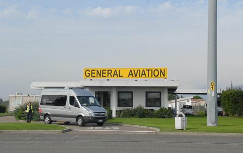 Il terminal per l'aviazione generale della Delta Aerotaxi situato sul piazzale ovest. La società, oltre che nella sua sede fiorentina, opera in molti aeroporti italiani.