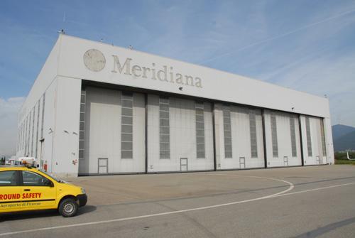L'hangar ex Meridiana adesso adibito a ricovero mezzi e velivoli di aviazione generale