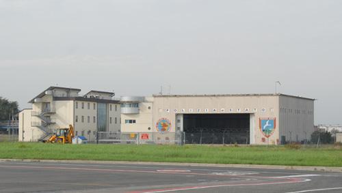 La base dell'VIII Reparto Volo Firenze Peretola della Polizia di Stato, a fianco del piazzale ovest