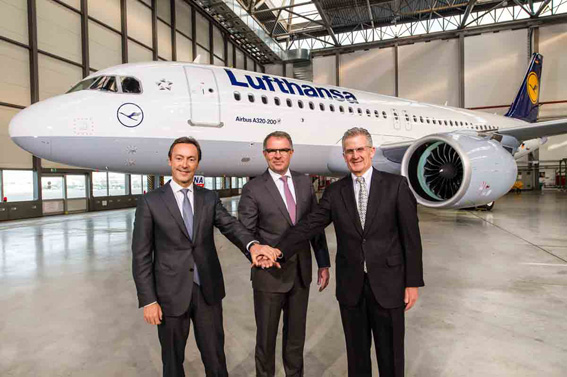 Da sinistra: Fabrice Brégier, presidente e CEO di Airbus, Carsten Spohr, presidente e CEO di Lufthansa, Robert Leduc, presidente di Pratt & Whitney, davanti al primo A320neo della compagnia tedesca.