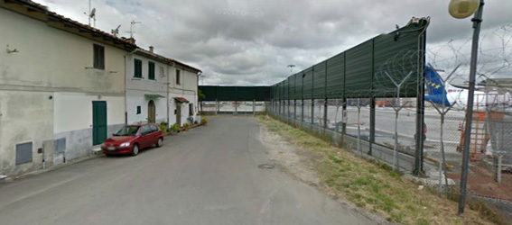Una vista del Borgo Cariola con le case sulla sinistra e il piazzale aeromobili dell'aeroporto sulla destra.