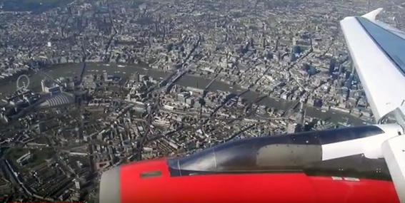 Londra - In atterraggio a Heathrow si sorvola il centro città. Si possono notare il Tamigi e, a sinistra, la ruota panoramica London Eye che sorge di fronte a Westminster e il Big Ben.