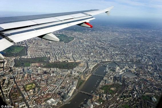 Londra - Ancora in volo sul centro di Londra per atterrare a Heathrow. Si possono notare la ruota panoramica London Eye sulla riva del Tamigi e, a sinistra, il St. James Park e Buckingham Palace.