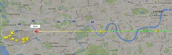 Una schermata tratta da Flightradar.com che mostra una sequenza di tre aerei in atterraggio ad Heathrow che stanno sorvolando il centro di Londra. Gli aerei in atterraggio sorvolano per circa 20 chilometri l'area urbana che si è gradualmente espansa fino all'aeroporto.