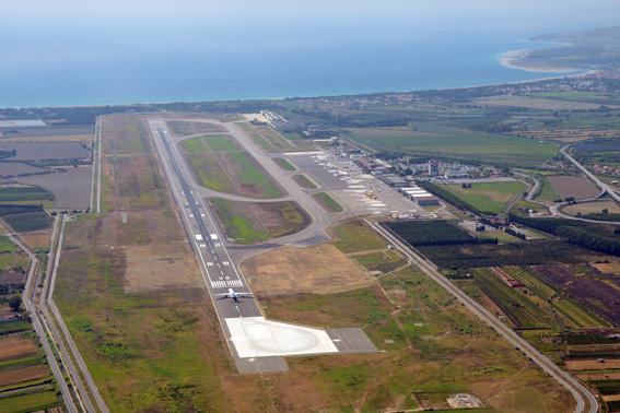 Veduta dell'aeroporto di Lamezia Terme con in primo piano la parte di pista allungata. Alla sua destra si nota la parte mancante di bretella di rullaggio che sarà realizzata a breve.